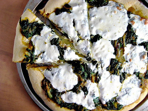spinach and onion curry pizza