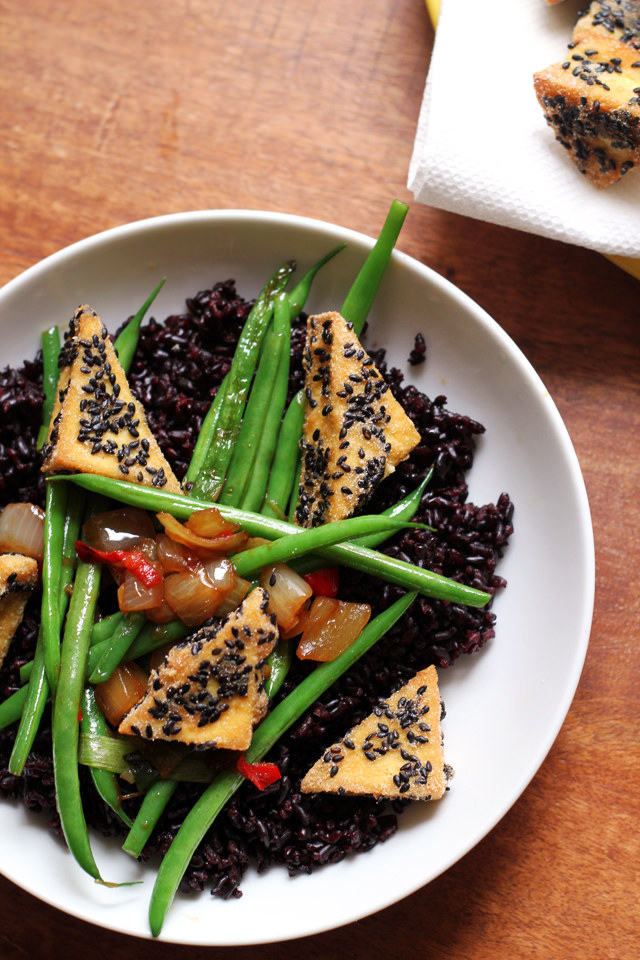 amaranth-crusted tofu with string beans and forbidden rice