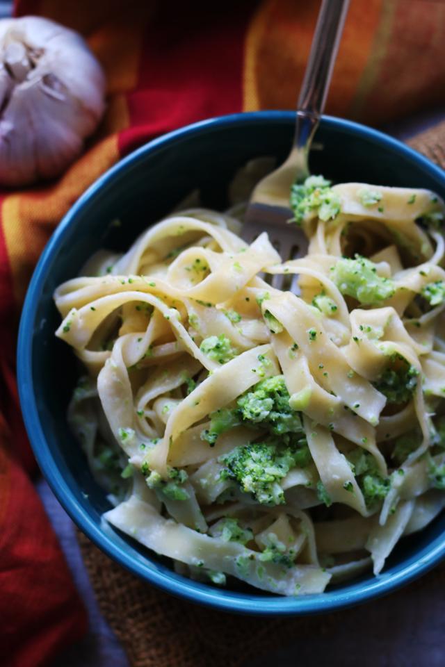 Authentic Roasted Garlic Fettuccine Alfredo with Broccoli